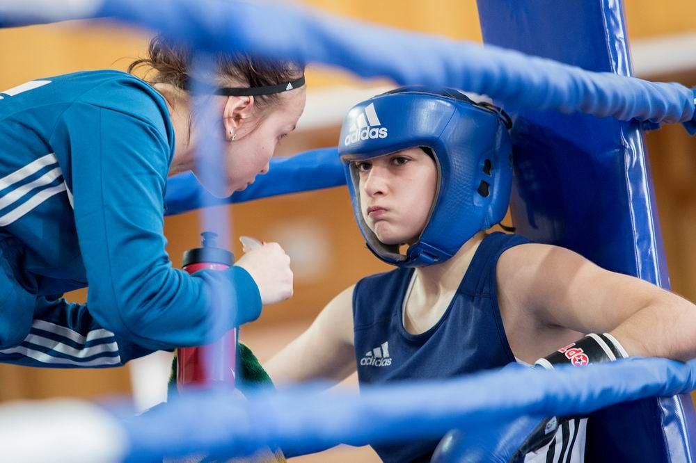 Прячут маникюр в перчатки: в Челябинске прошел турнир по женскому боксу