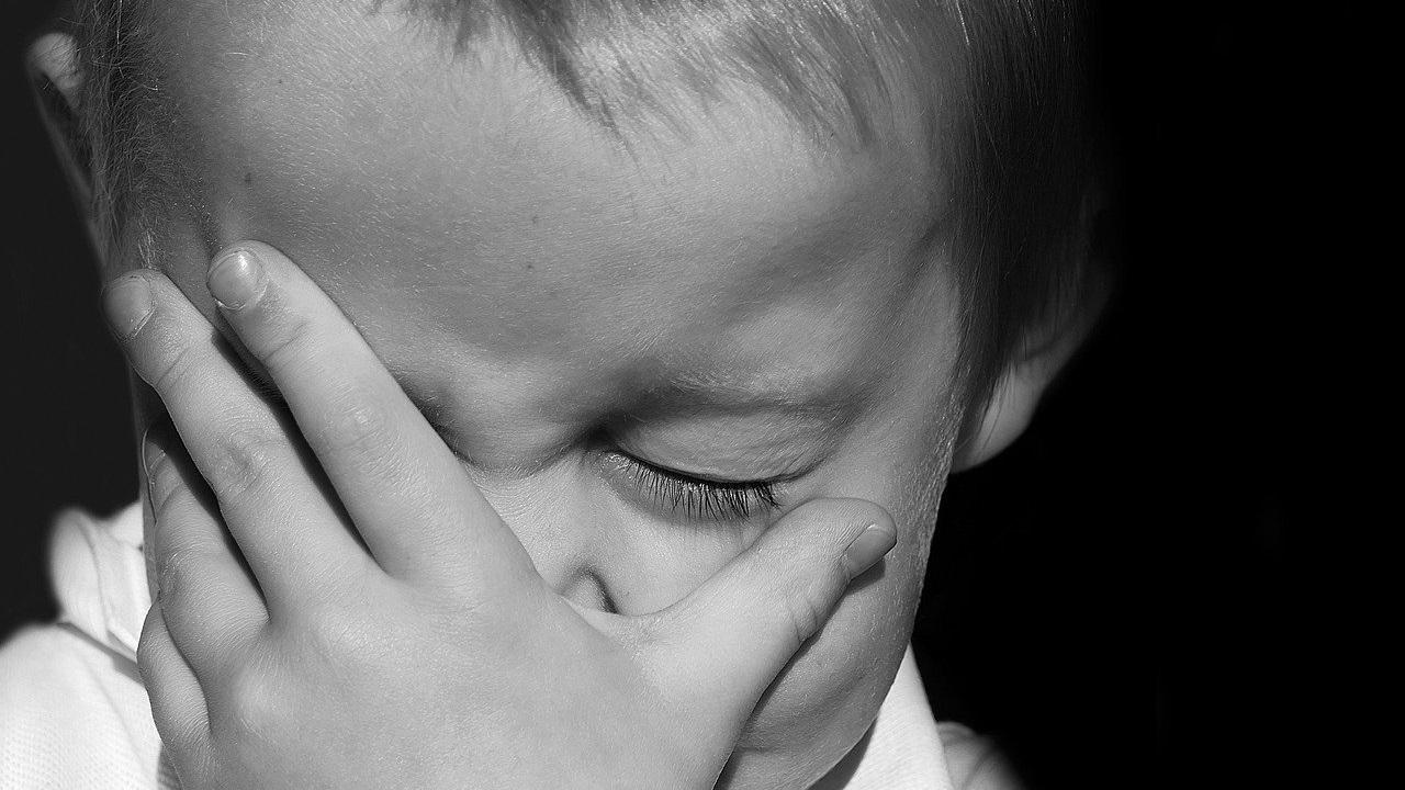 Трое маленьких детей оказались заперты в квартире в Челябинской области