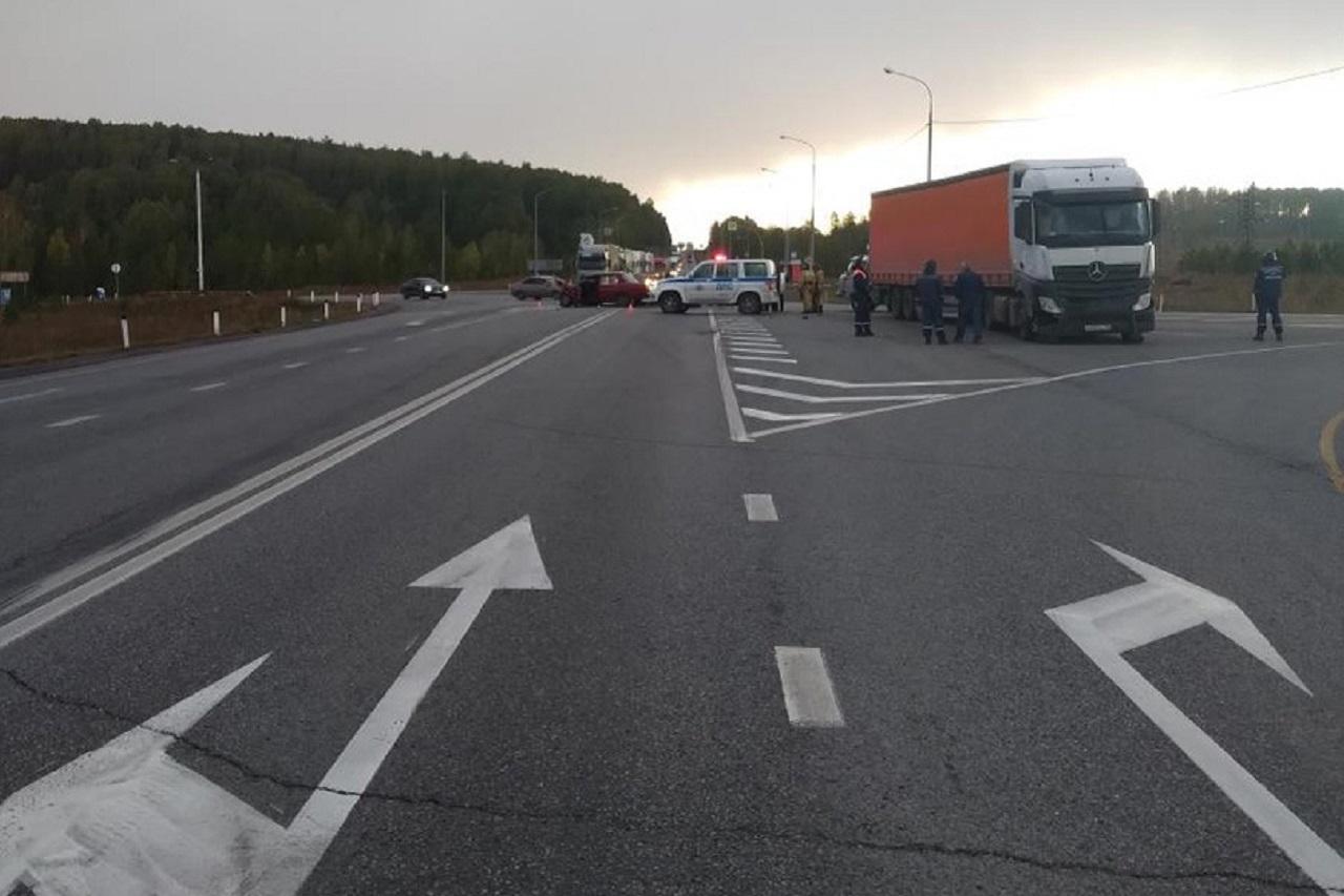 """Грузовик смял """"Жигули"""" на трассе М5 в Челябинской области, есть погибший"""