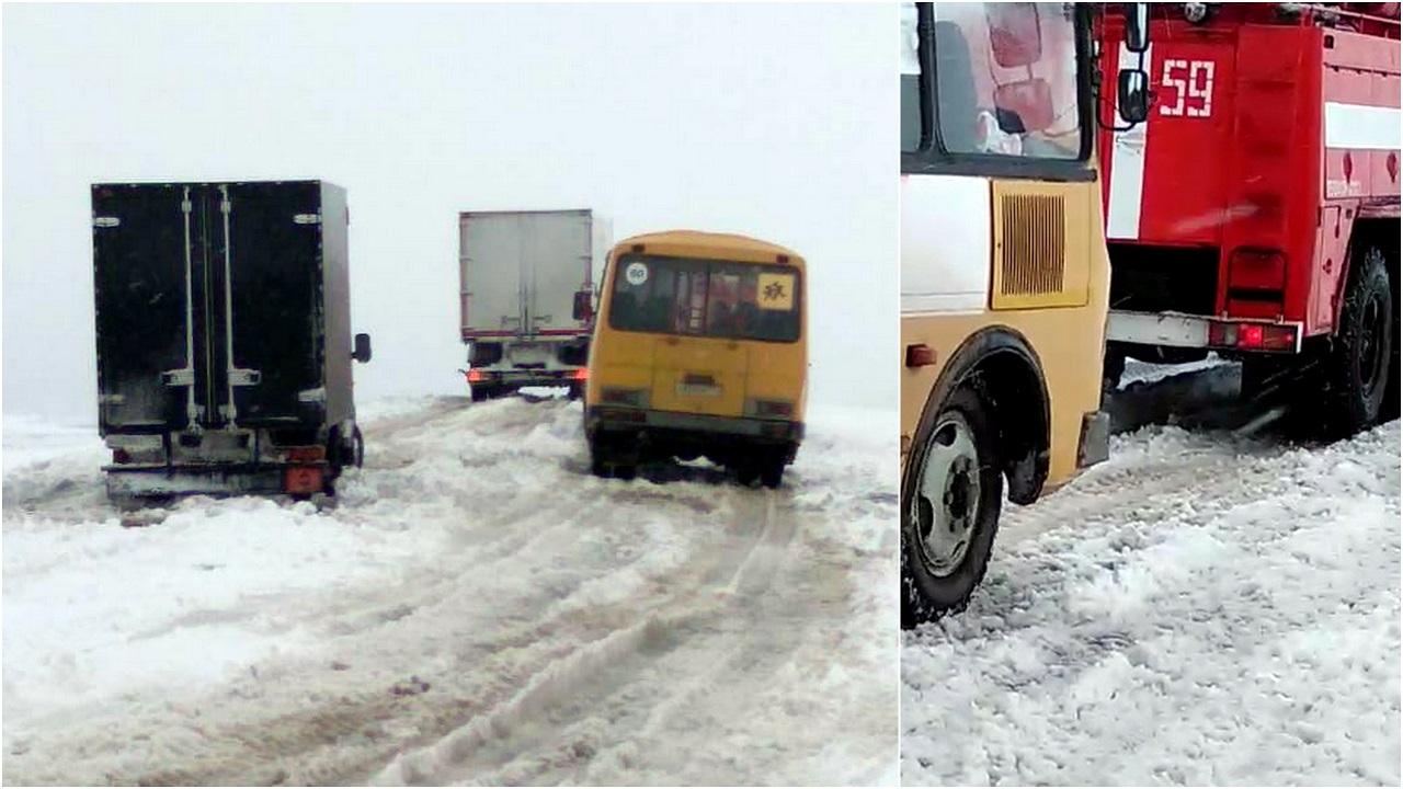 Два автобуса с детьми и 18 машин застряли в снегу в Челябинской области