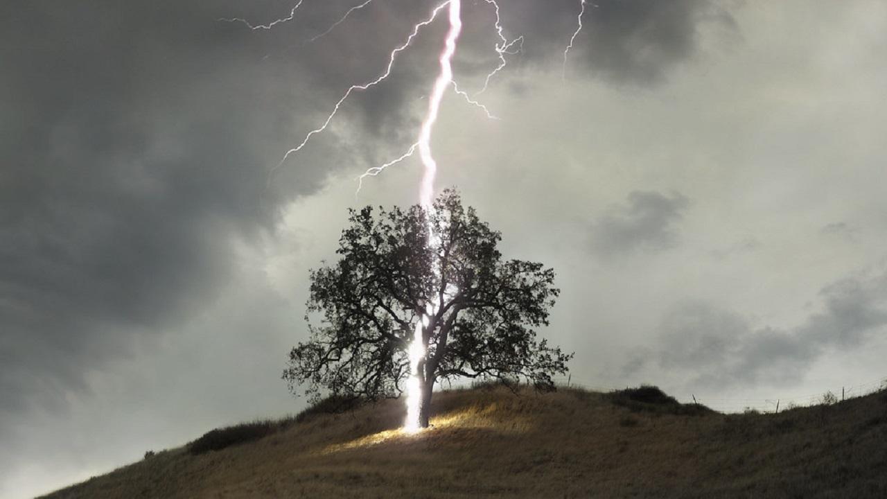 Удар молнии вызвал пожар в Челябинской области