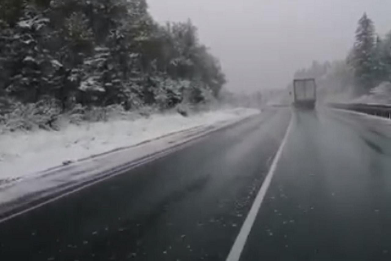 Снег выпал на трассе М5 в Челябинской области