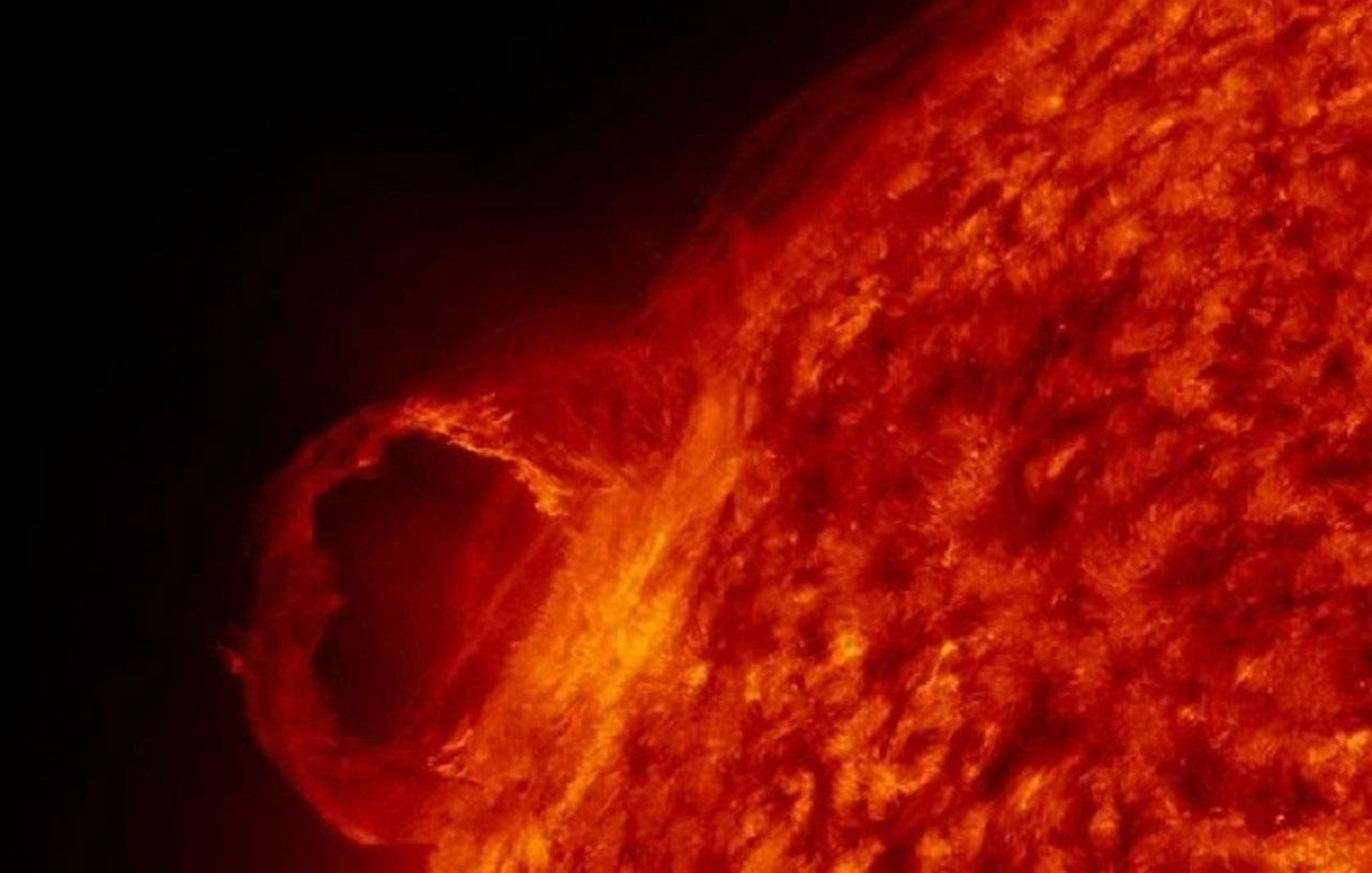 Лобовой удар: магнитная буря обрушится на Землю после взрыва на Солнце