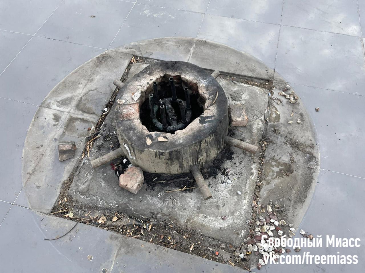 Бездомный в Челябинской области сжег венки на Вечном огне