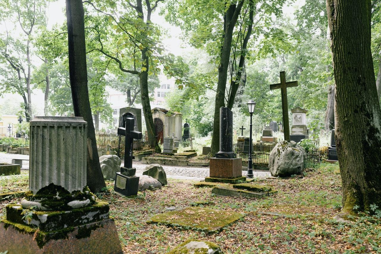Похоронная компания из Челябинска расклеила фото Ролана Быкова на надгробиях