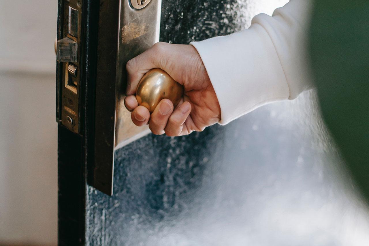 Привлечь деньги и поймать удачу: хорошие и плохие приметы о дверях