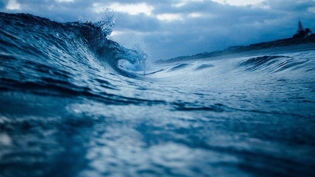 На Урале рыбаки целую ночь провели на озере в сильный шторм