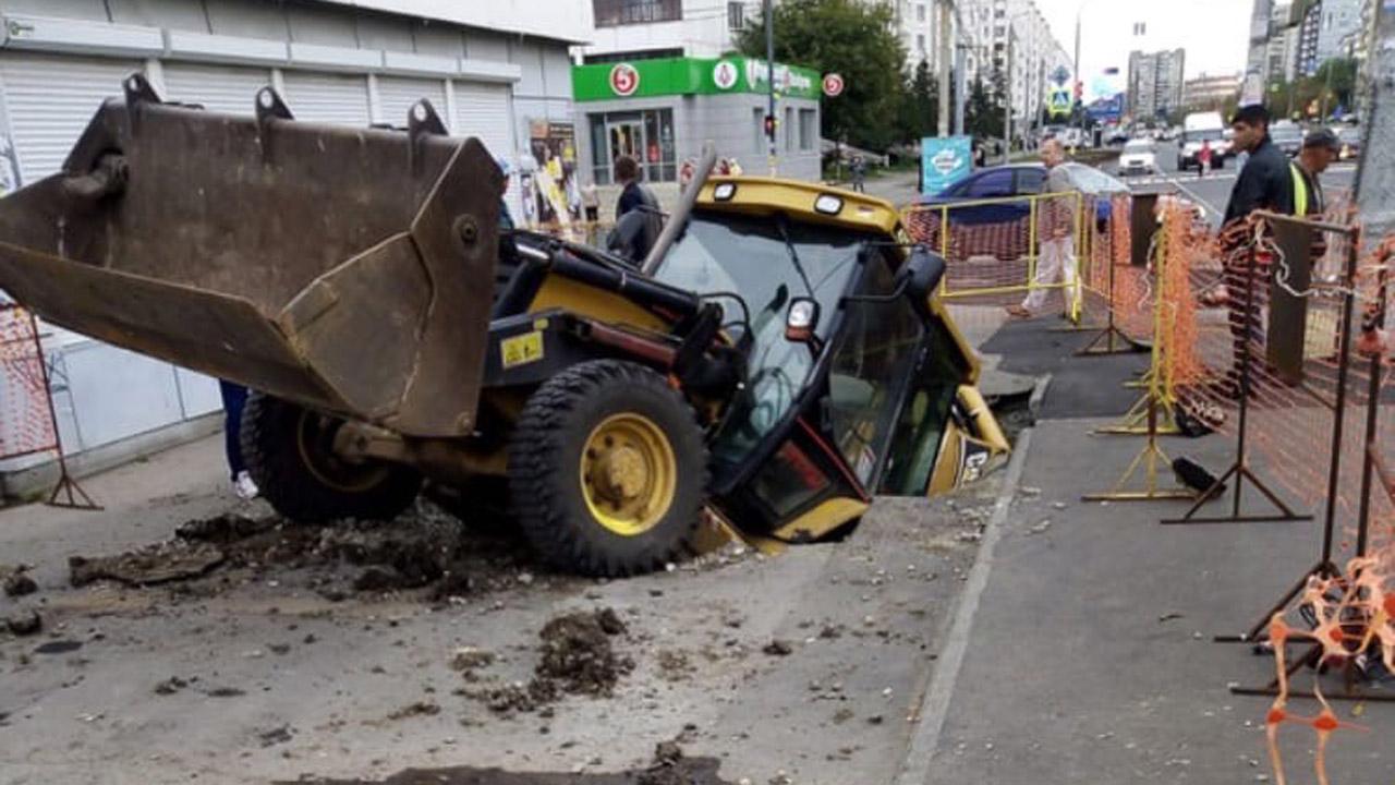 Трактор провалился под асфальт в Челябинске