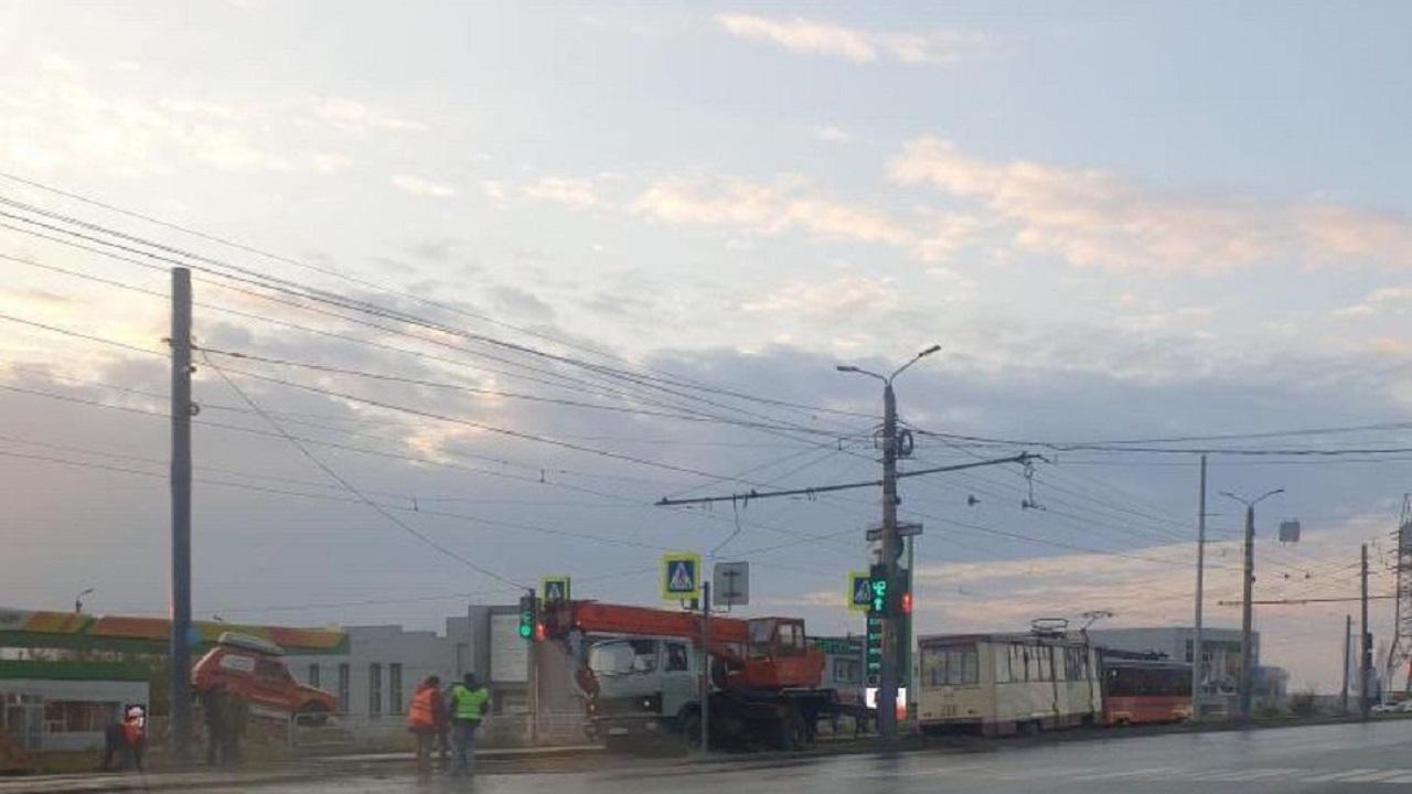 В Челябинске трамвай сошел с рельсов и заблокировал движение в центр города