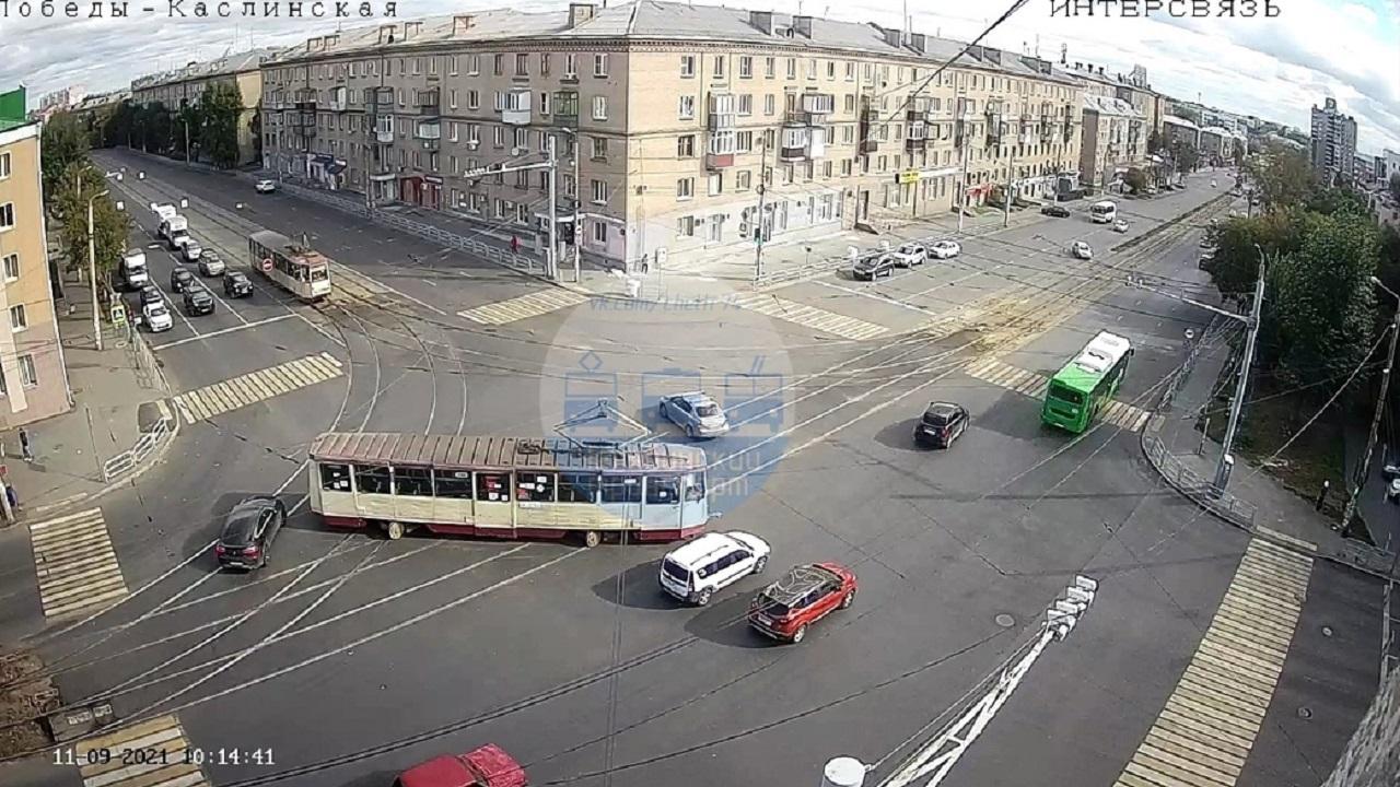 Трамвай сошел с рельсов на перекрестке в Челябинске