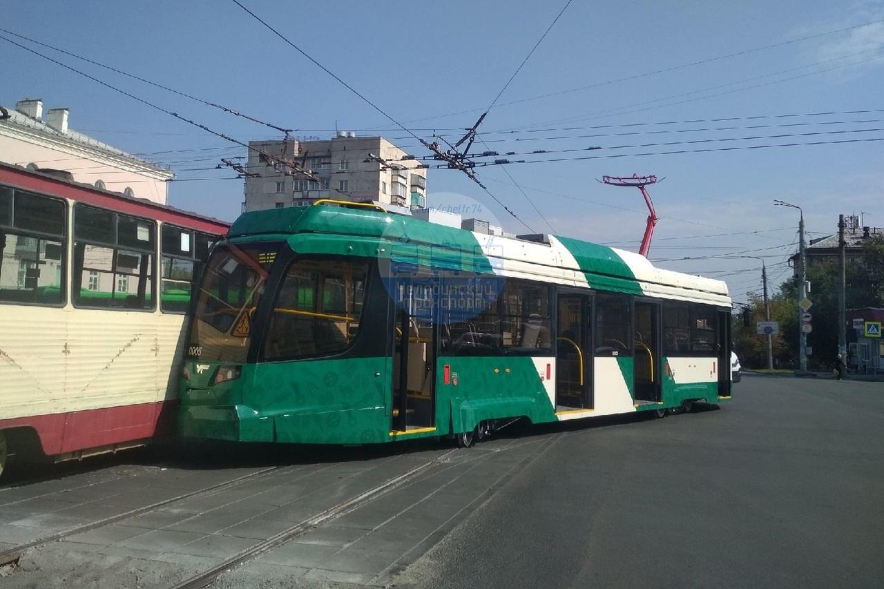 Новый трамвай сошел с рельсов в Челябинске и протаранил старый вагон ВИДЕО