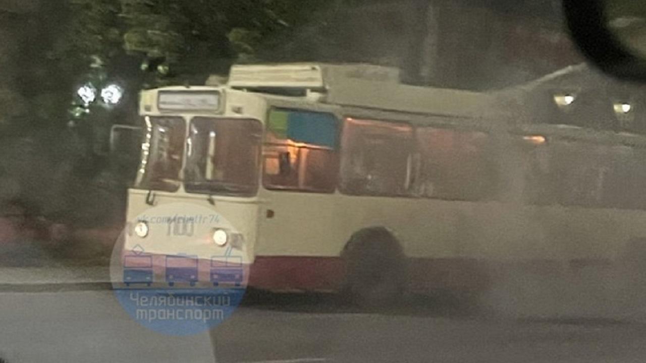 Троллейбус на ходу задымился в Челябинске