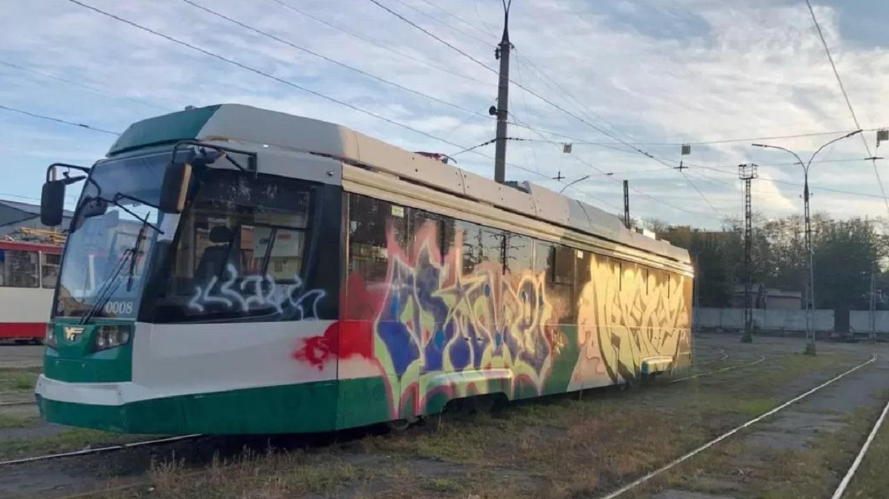 Вандалы разрисовали новый трамвай в Челябинске