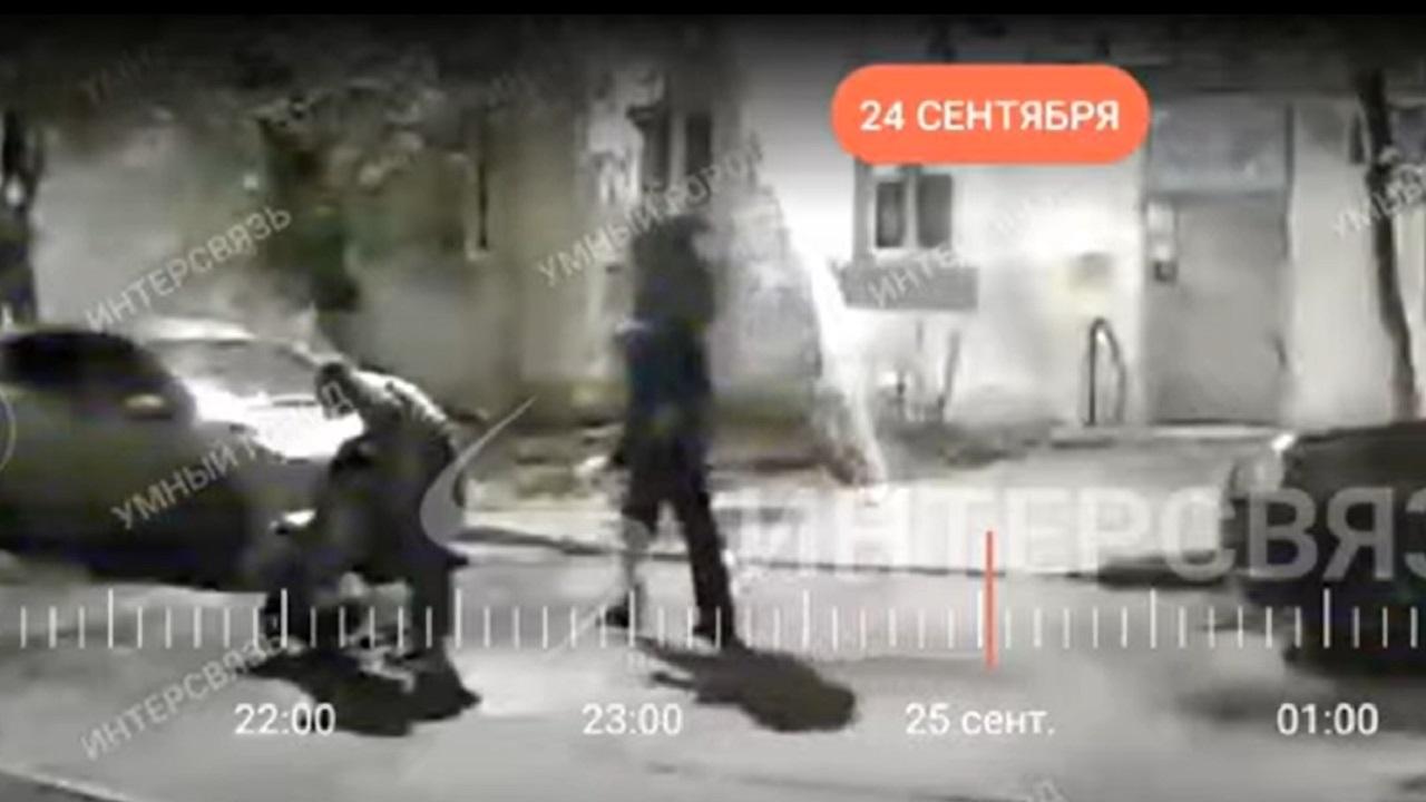 Мужчина при детях поцарапал чужие автомобили в Челябинске