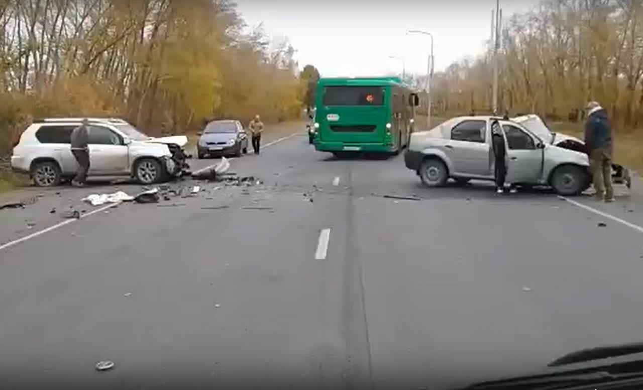 Груда металла осталась от авто после лобового ДТП в Челябинске ВИДЕО