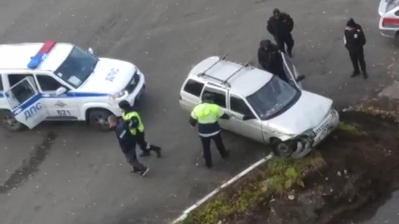 В Челябинской области водитель застрял в машине, которая улетела в канаву