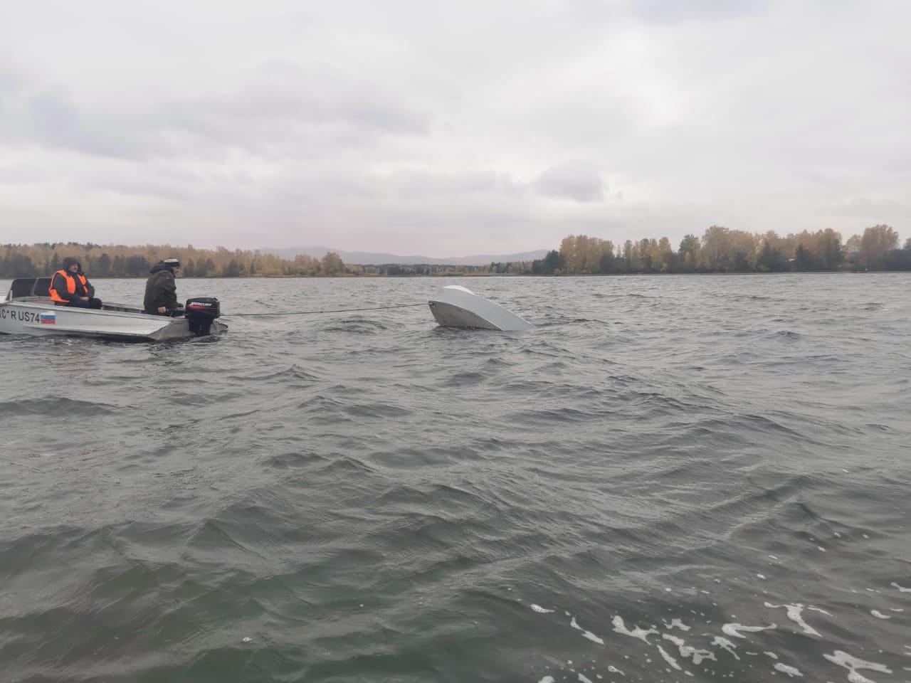Лодка перевернулась: в Челябинской области продолжаются поиски 38-летнего рыбака
