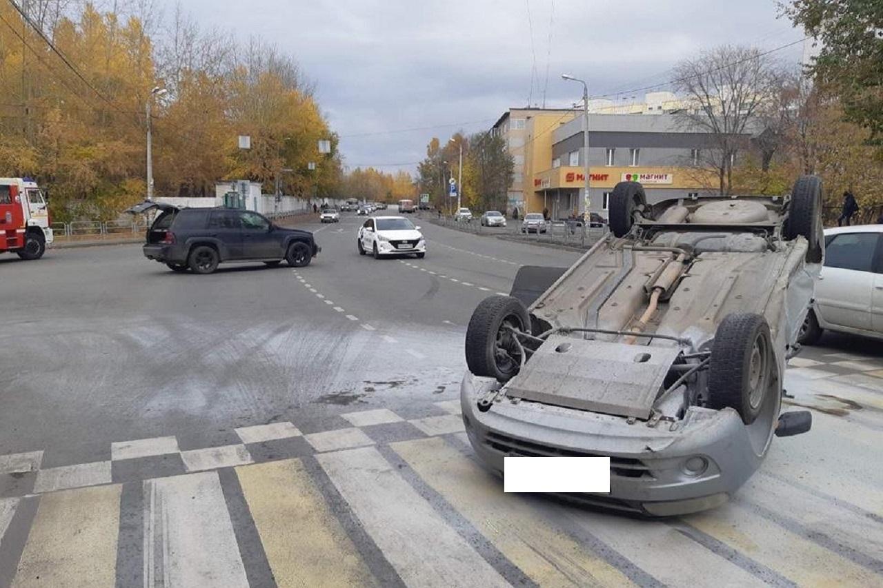 """В Челябинске """"Лада"""" столкнулась с внедорожником и перевернулась"""