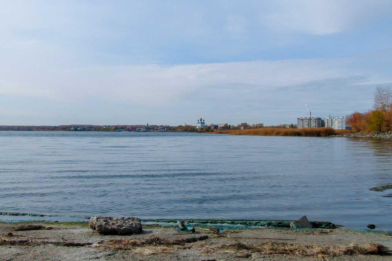 Жители Челябинска заметили странную бирюзовую субстанцию в озере Смолино