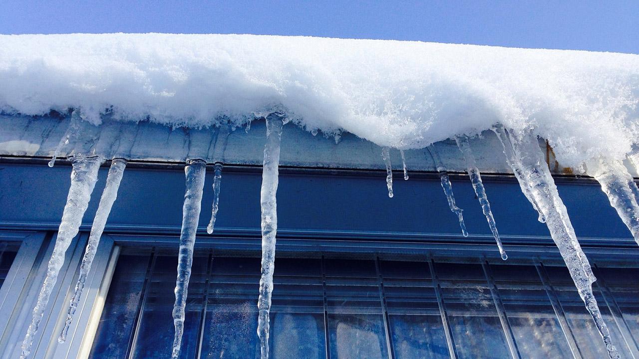 Суд на Южном Урале наказал коммунальщиков за сход снега с крыши