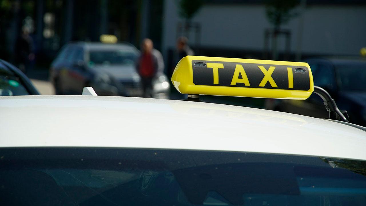 В Челябинской области пассажир с ножом выставил таксиста из автомобиля