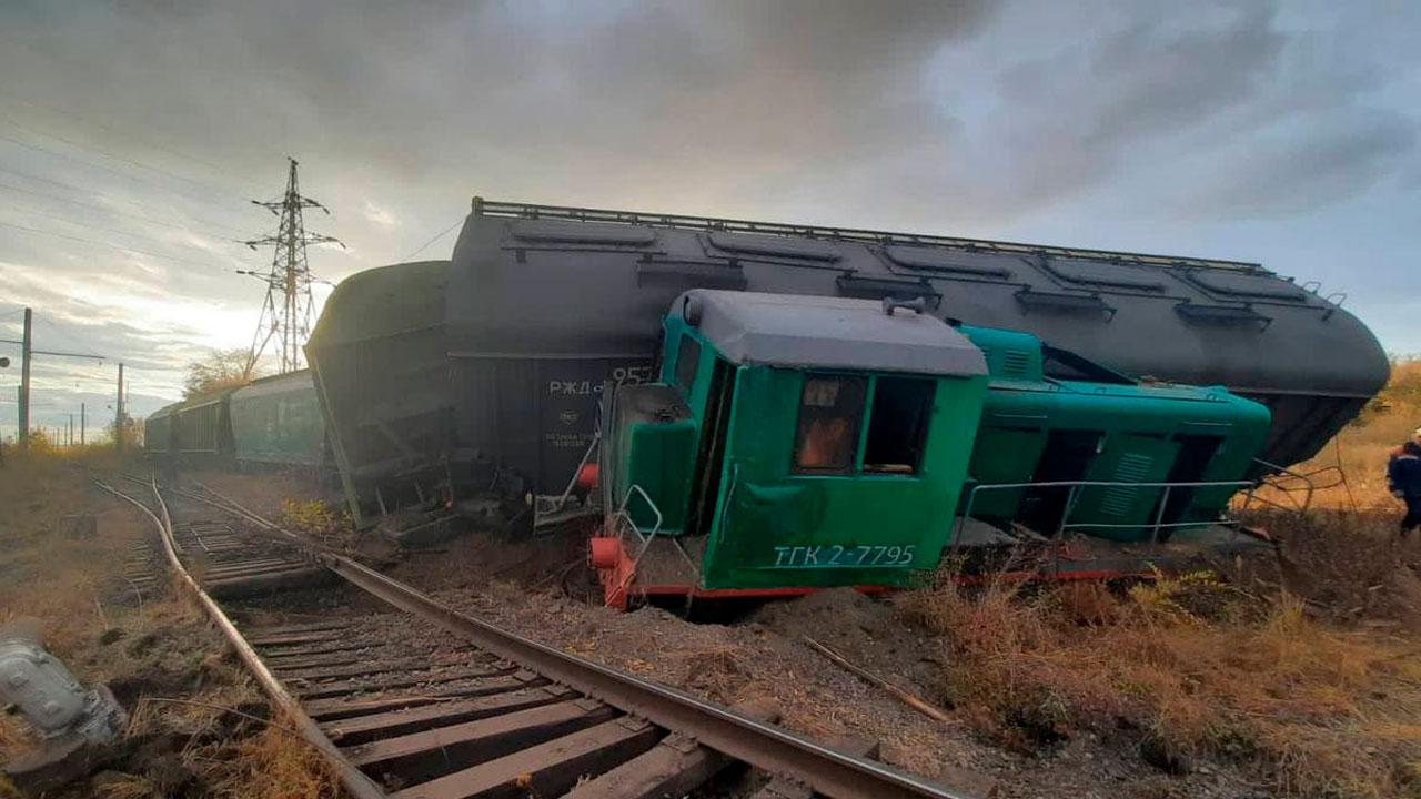 Локомотив и вагоны с пшеницей сошли с рельсов в Челябинской области